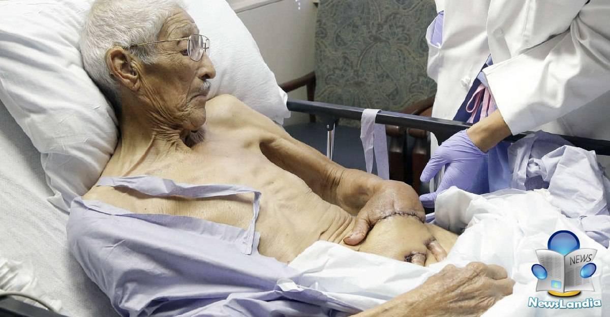 dottore cuce mano allo stomaco paziente
