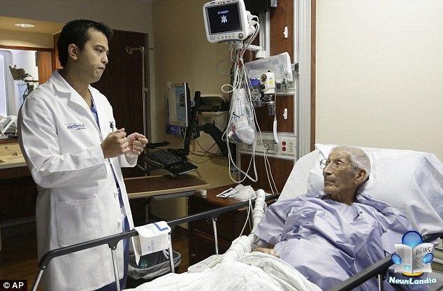 dottore cuce mano stomaco del paziente newslandia
