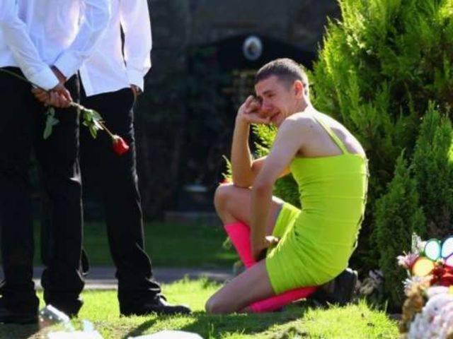 Uomo indossa un vestito fluorescente al funerale: Ecco perché