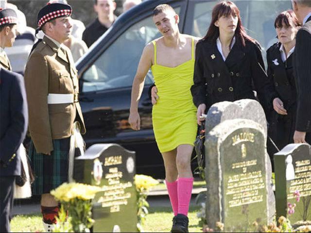 Barry Delaney: Partecipa ad un funerale vestito fluorescente in onore del suo amico.