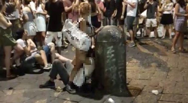[VIDEO VIRALE WHATSAPP] Incredibile a Napoli, sesso orale in piazza avanti a tutti.