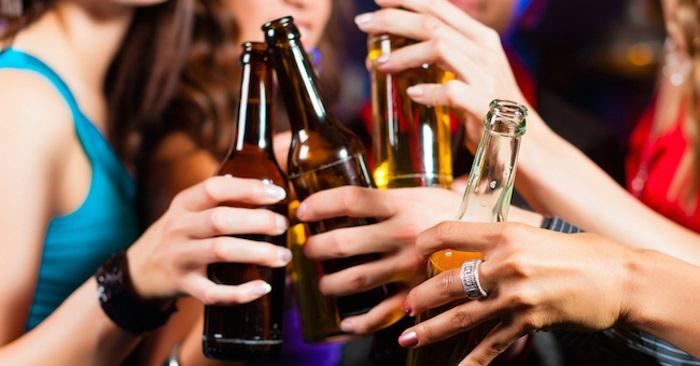 Alcol pericoloso per i giovani, ecco perché non bisogna abusarne