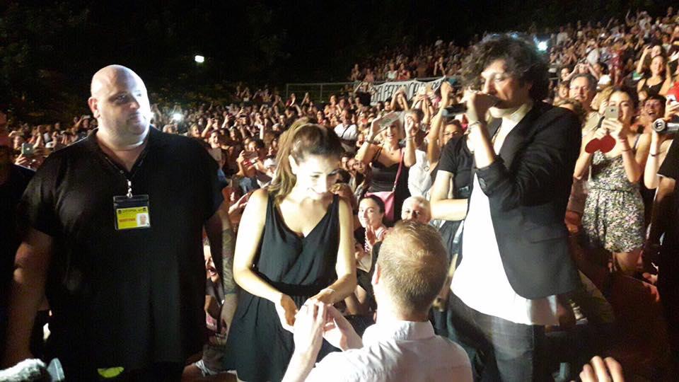 Proposta di matrimonio al concerto di Ermal Meta: il video