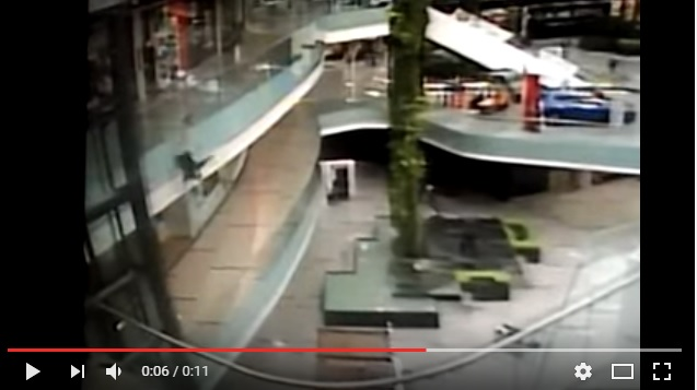 Messico, suicidio al centro commerciale. Il video