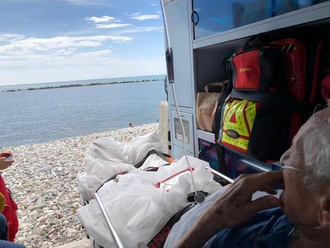 """""""Voglio vedere il mare ancora una volta"""", l'ambulanza si ferma in spiaggia"""