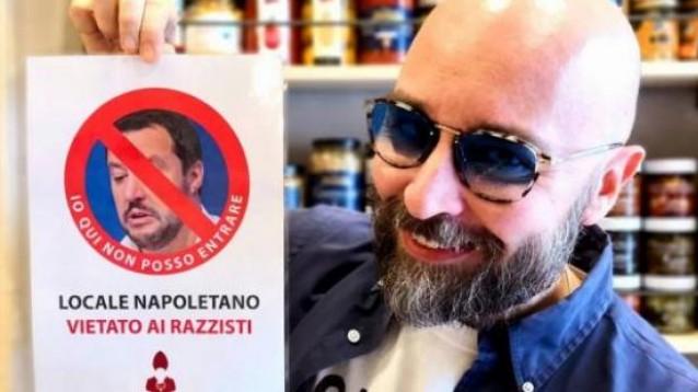Vietato l'ingresso a Salvini: il nuovo cartello in un locale a Napoli