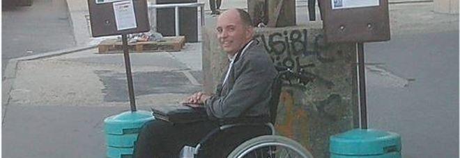 Nessuno lo fa salire nell'autobus: autista fa scendere tutti e accompagna solo il disabile