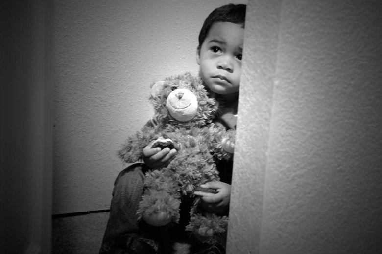 Nasconde per anni il cadavere dei figli nell'armadio: dopo 10 anni la verità