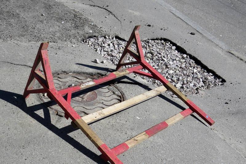 Segnala buca ma nessuno la ripara: 22enne scende in strada armato di calcestruzzo