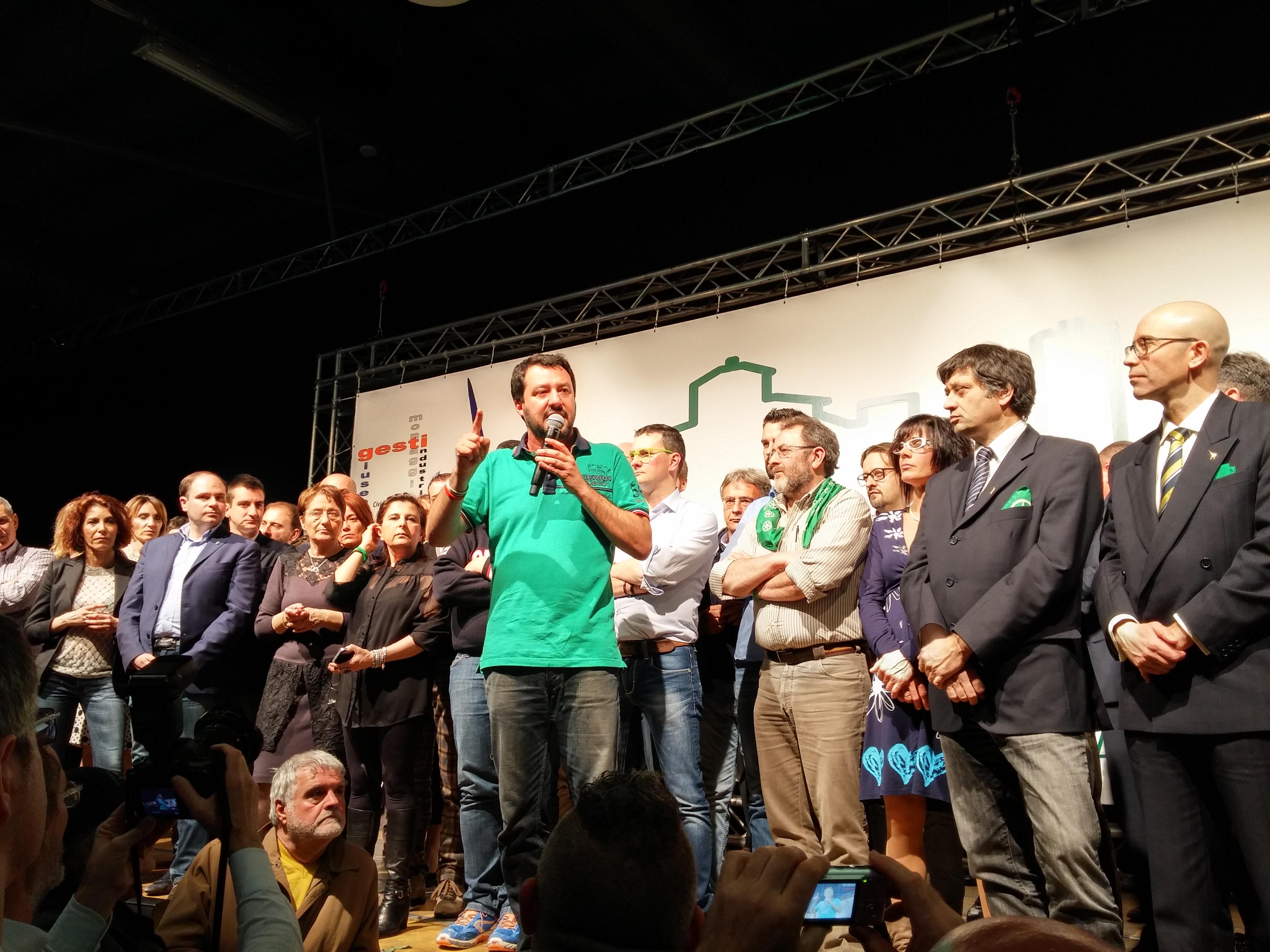 Matteo Salvini bacia il crocifisso: la bestemmia che in pochi comprendono