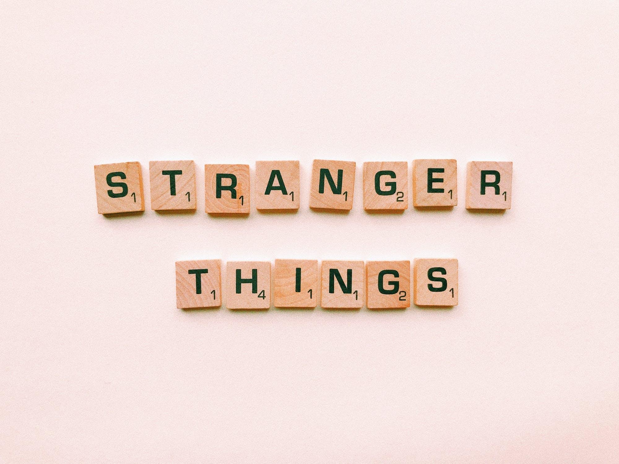 blocchetti del gioco Scarabeo che compongono le parole Stranger Things